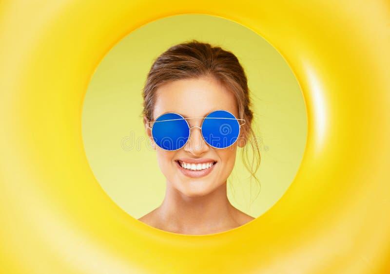 Art und Weisesonnenbrillen Schönheit mit bunten Sonnenbrillen lizenzfreie stockbilder