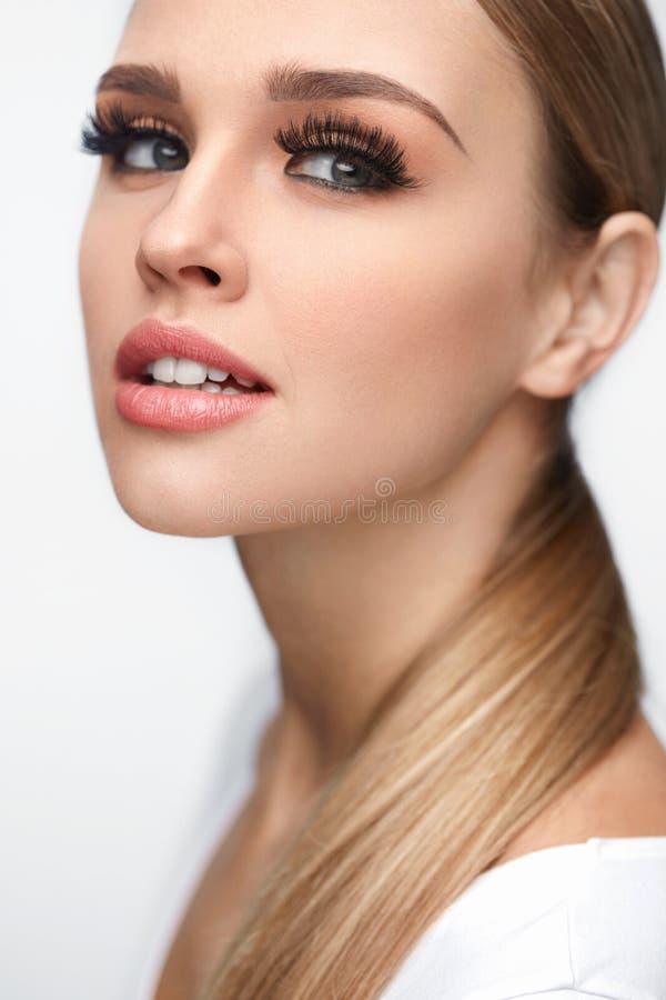 Art und Weiseverfassung Schöne Frau mit Make-up, lange Wimpern lizenzfreie stockfotos