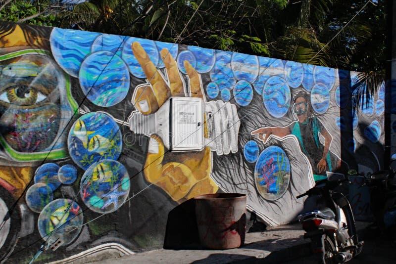 Art vibrant de rue de bulles des plongeurs colorés dans un monde des bulles allumant la mer avec une ampoule image libre de droits