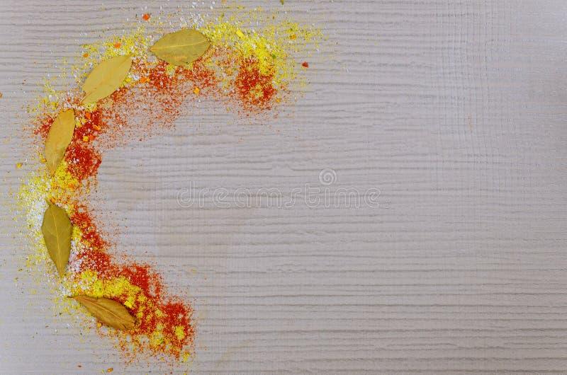 Art von Gewürzen und von Lorbeerblatt auf weißem Hintergrund lizenzfreie stockbilder