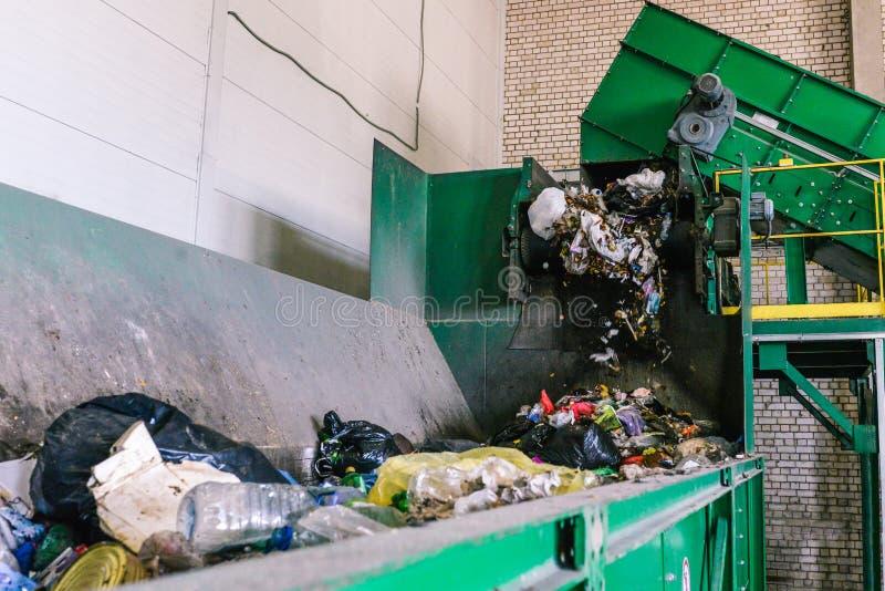 Artabfall auf der Anlage Abfall an der ersten Phase der Verarbeitung Der Prozess des Trennens des Abfalls in einem Behälter lizenzfreies stockfoto