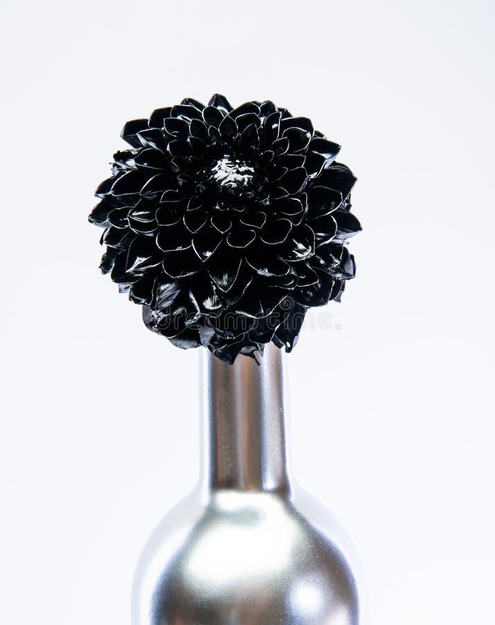 Arte abstrata Beleza eterno Ramalhete da forma Conceito da adega Vinho floral Flor do metal na garrafa de vinho de aço forjamento fotografia de stock royalty free
