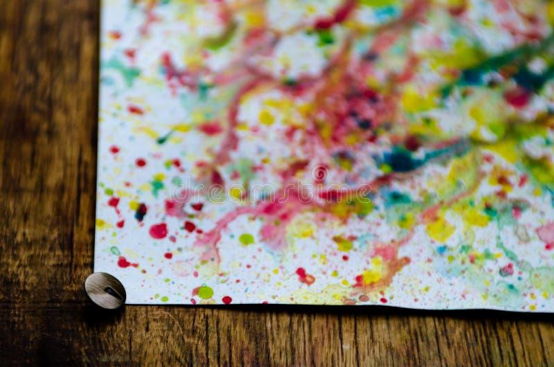 Arte abstrato do respingo colorido brilhante vívido e das gotas da aquarela no Livro Branco imagem de stock