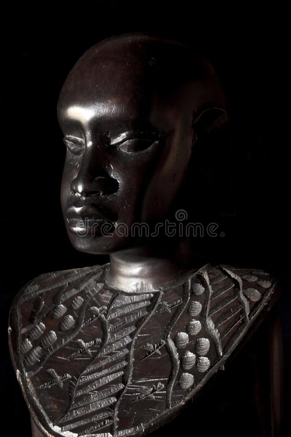 Arte africano y esculturas hechos de la talla de madera del ébano foto de archivo