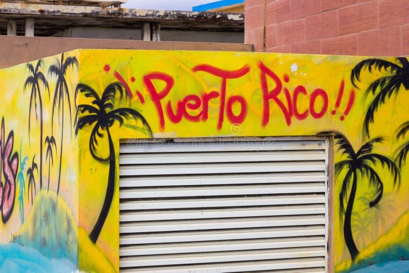 Arte amarela e azul da rua que descreve palmeiras pretas com o pulverizador de Porto Rico das palavras pintado em uma construção  fotografia de stock royalty free