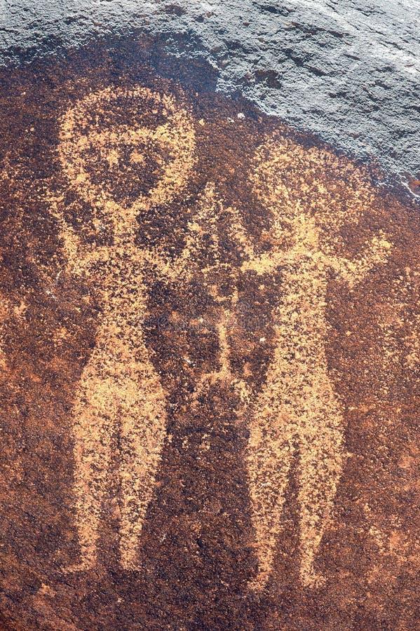 Arte antiga da rocha em Niger de duas figuras humanas imagem de stock royalty free