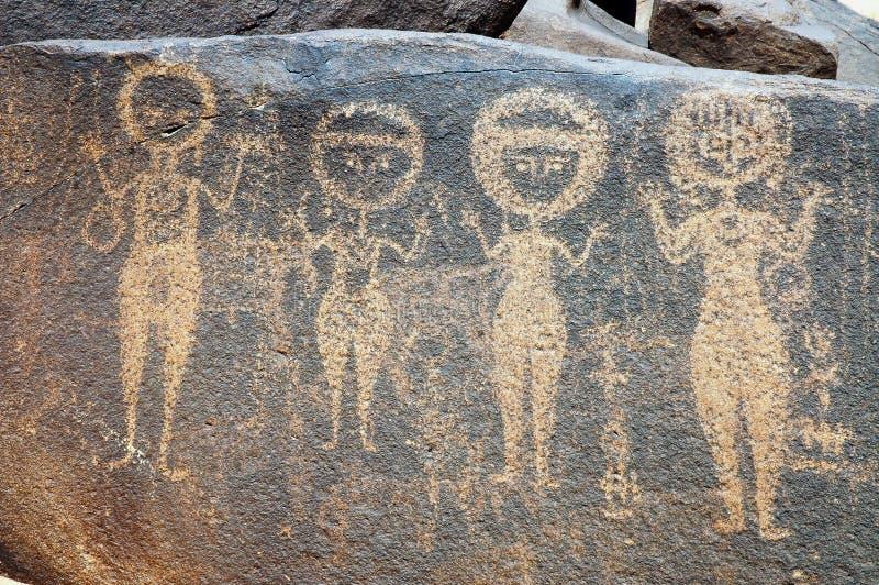 Arte antiguo de la roca en Niger que representa cuatro figuras fotos de archivo libres de regalías