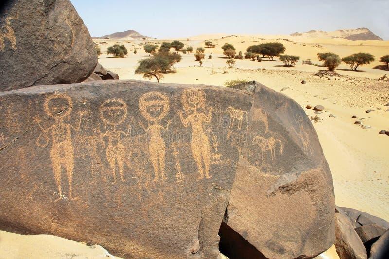 Arte antiguo de la roca en Sáhara que representa cuatro figuras imagen de archivo libre de regalías