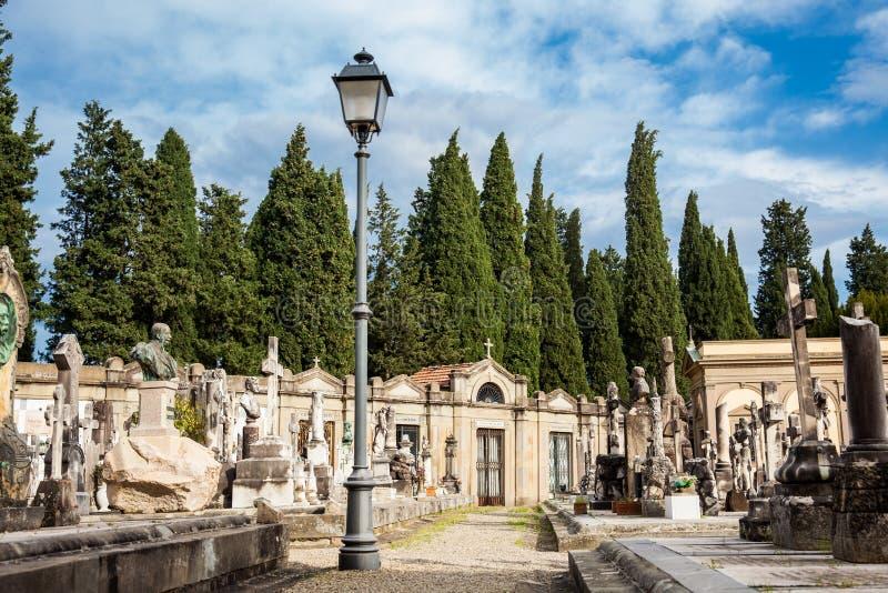 A arte bonita das sepulturas no cemitério da porta santamente um cemitério monumental encontrado imagem de stock