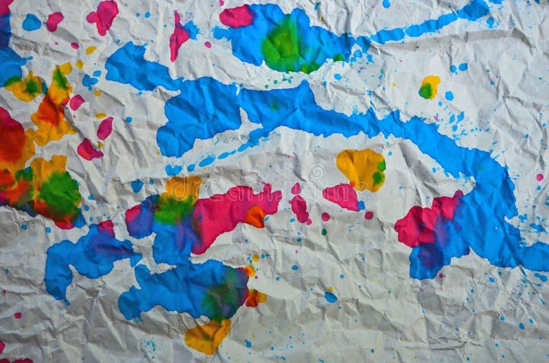 Arte bonita de cores deixadas cair no assoalho do enrugamento fotografia de stock