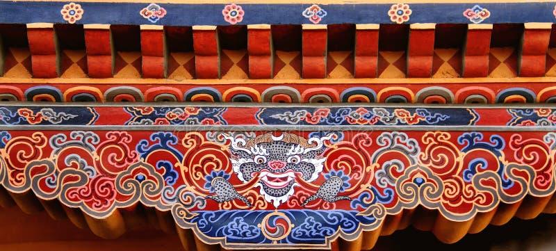 Arte butanesa colorida do dragão tibetano pintada na madeira, Butão imagens de stock