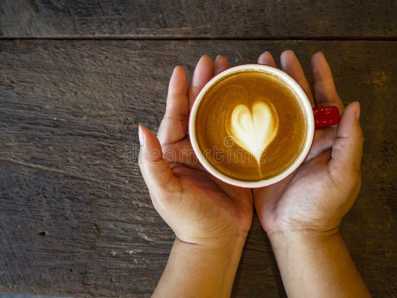 Arte caliente del latte en la tabla de madera foto de archivo libre de regalías