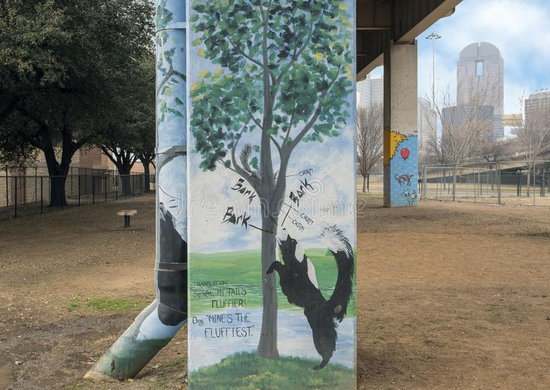 arte Cane-di tema nel parco centrale, Ellum profondo, il Texas della corteccia fotografia stock