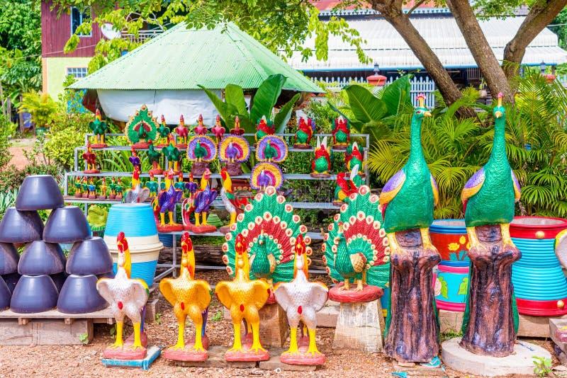 Arte cerâmica na exposição pela estrada na vila em Camboja imagens de stock