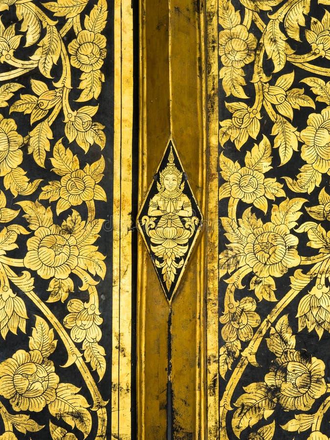 Arte classica tailandese sulla porta del tempio a Wat Rakhangkhositraram, Bangk fotografie stock