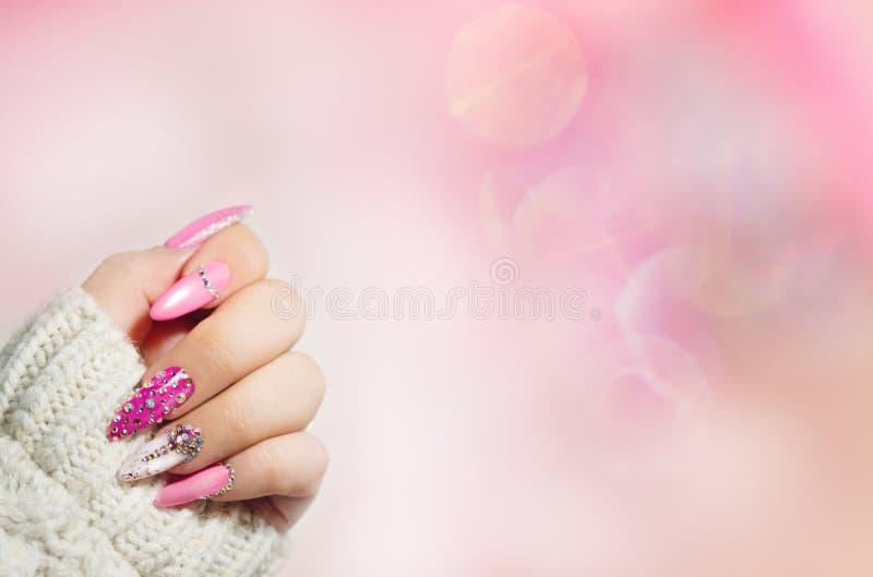 Arte colorida do prego manicure Wi brilhantes do tratamento de mãos do estilo do feriado fotografia de stock royalty free