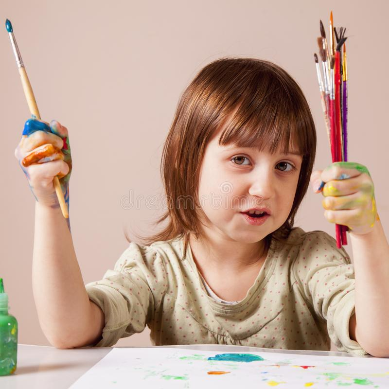 Arte, creativit?, festa e concetto felice di infanzia Mani dipinte variopinte in una piccola ragazza del bello bambino Lei che di fotografie stock