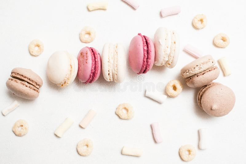 Arte culinario dulce de macarrones en el contexto blanco imagen de archivo libre de regalías