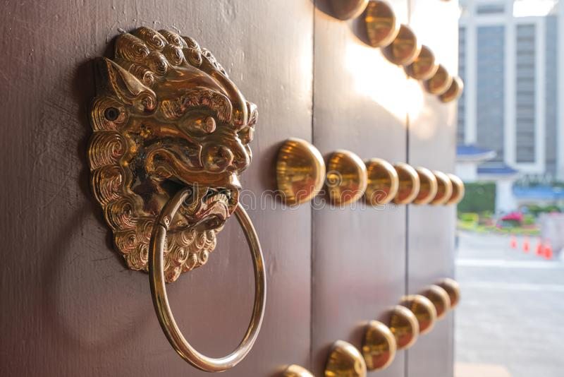A arte da porta de madeira do templo chinês vermelho em construções antigas imagens de stock royalty free