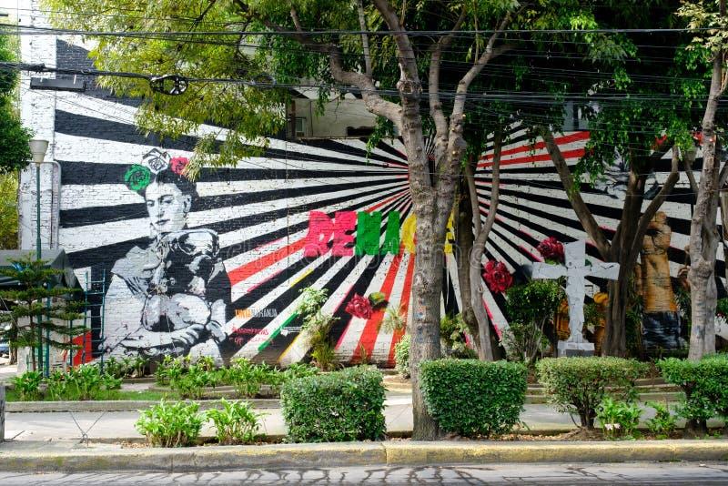Arte da rua com uma pintura de Frida Kahlo em Cidade do México imagem de stock
