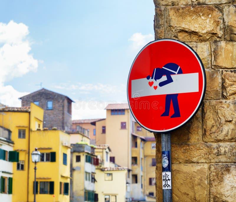 Arte da rua pelo artista Clet Abraham em Florença, Toscânia, Itália fotos de stock