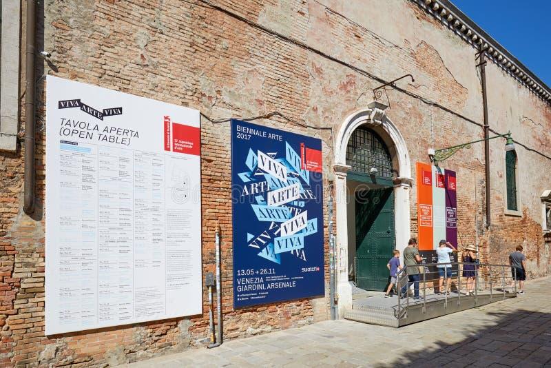 Arte de Biennale, entrée bisannuelle d'exposition d'art avec des personnes à Venise, Italie photos libres de droits