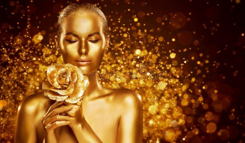 Arte De Corpo De Pele Dourada, Retrato De Bela Mulher Dourada com Flor, Invólucro De Moda imagens de stock