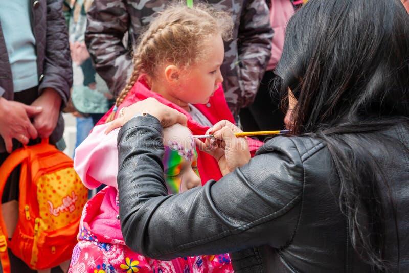 Arte de cuerpo en la cara de una niña, celebración del día de Rusia imagenes de archivo