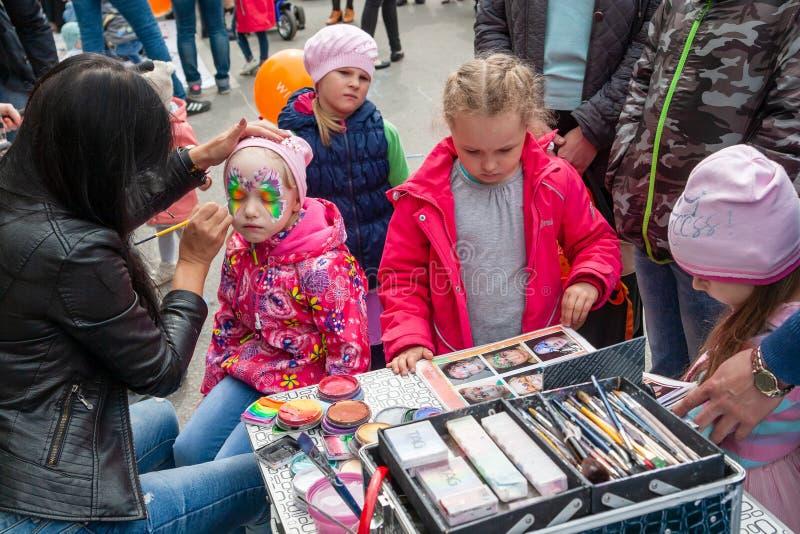 Arte de cuerpo en la cara de una niña, celebración del día de Rusia foto de archivo libre de regalías