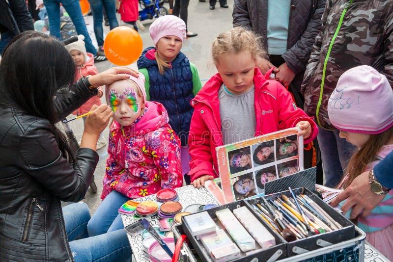 Arte de cuerpo en la cara de una niña, celebración del día de Rusia imagen de archivo
