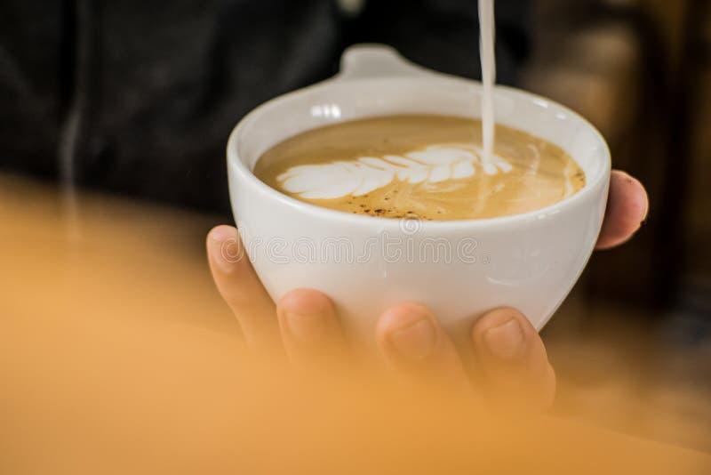 Arte de finition de latte de barman images libres de droits