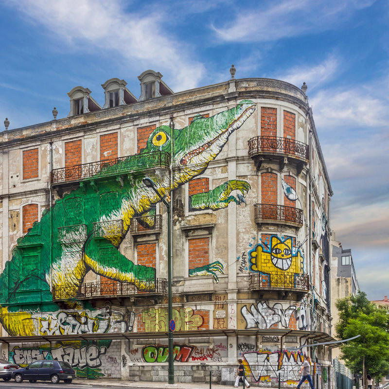 Arte de la calle de Lisboa cocodrilo verde de la pintada Casa de la pintura, avenida imagen de archivo libre de regalías