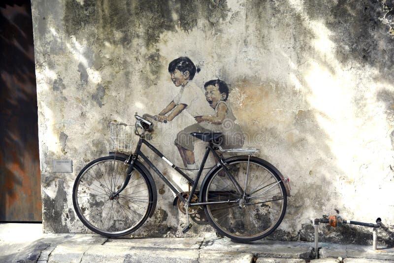 Arte de la calle de Penang - niños en la bicicleta fotografía de archivo