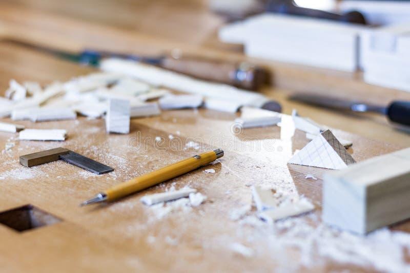 Arte de la carpintería, un empleo honesto dentro de una forma de vida sostenible Carpintería y corte imagen de archivo