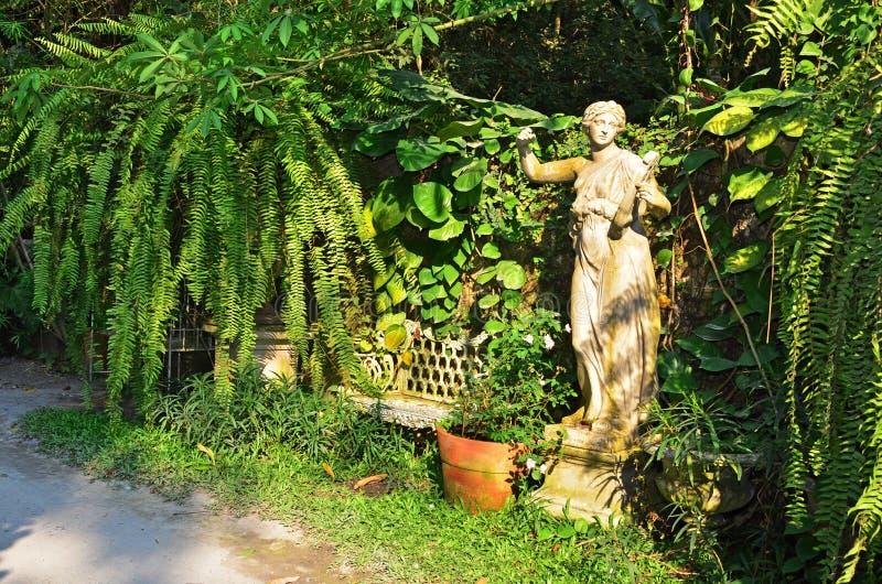 Arte de la estatua en el jardín foto de archivo libre de regalías