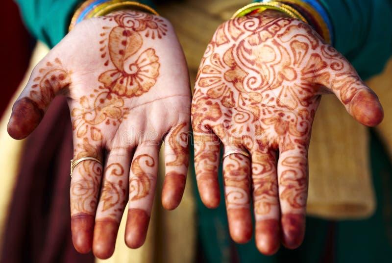 Arte de la mano del tatuaje de la alheña en la India imágenes de archivo libres de regalías