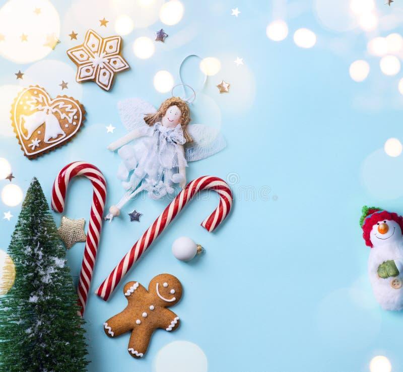 Arte de la Navidad; Los días de fiesta de la Navidad adornan en fondo azul imagenes de archivo
