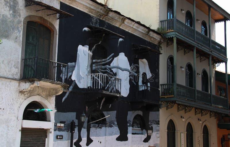 Arte de la pared en un edificio revitalizado en la ciudad vieja ciudad de Panamá imagenes de archivo