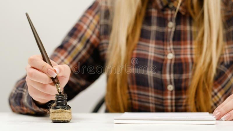 Arte de la práctica de la caligrafía de la escritura de la mujer fotos de archivo libres de regalías