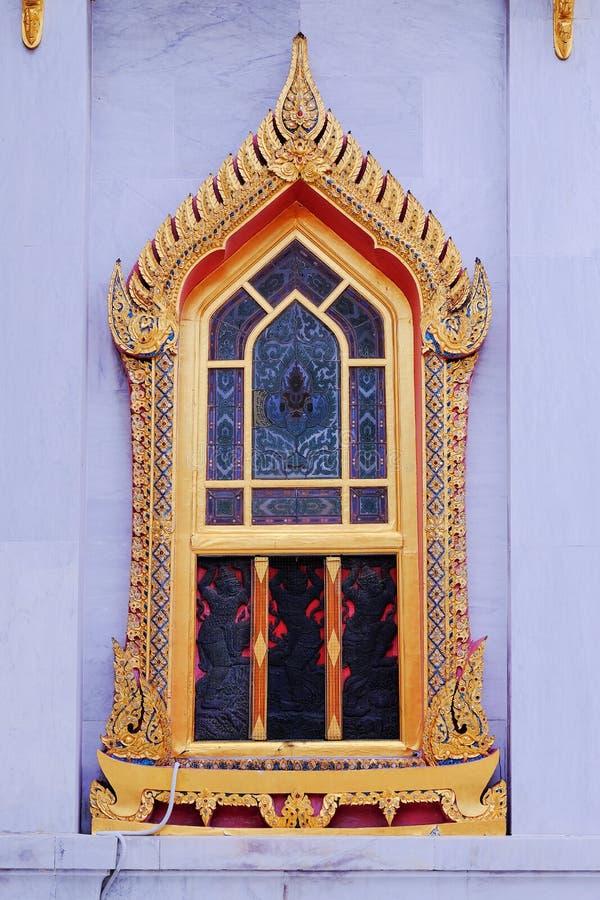 arte de la religión de las ventanas tailandesas del templo budista fotografía de archivo