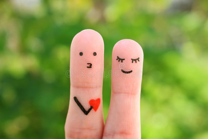 Arte de los fingeres de pares felices Concepto de hombre que confiesa su amor a la mujer fotos de archivo