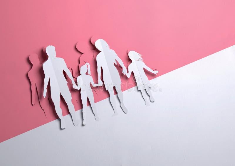 Arte de papel - familia feliz que lleva a cabo las manos stock de ilustración