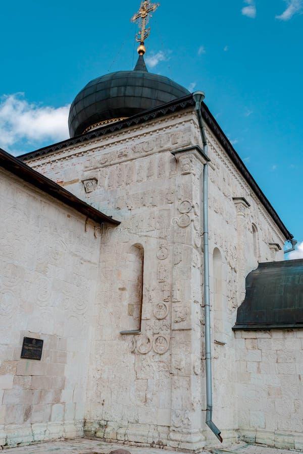 Arte de piedra blanco que talla la catedral de San Jorge en Yuryev-Polsky, Vladimir Region, Rusia foto de archivo libre de regalías