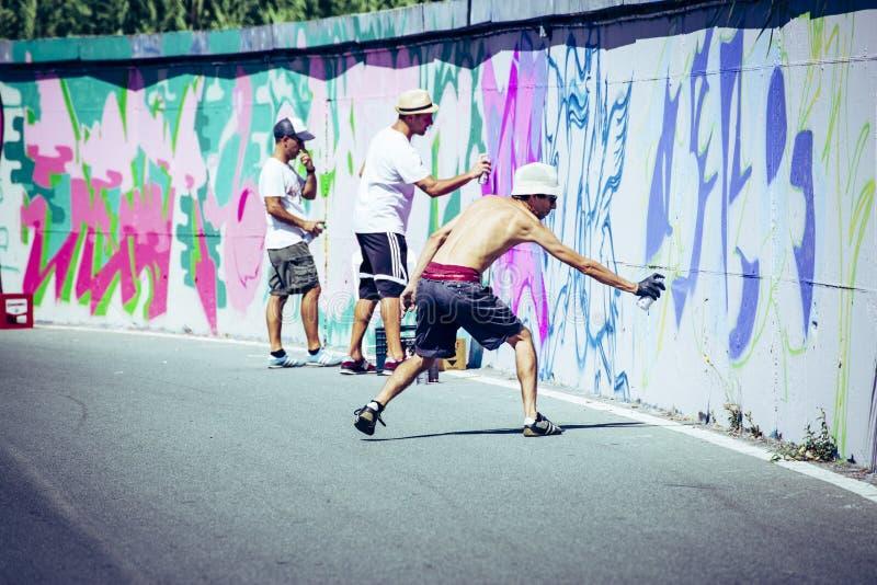 Arte de Spray Painting Wall do artista dos grafittis imagem de stock royalty free