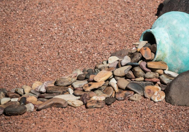 Arte de Yard, rochas derramando de cerâmica fotos de stock royalty free