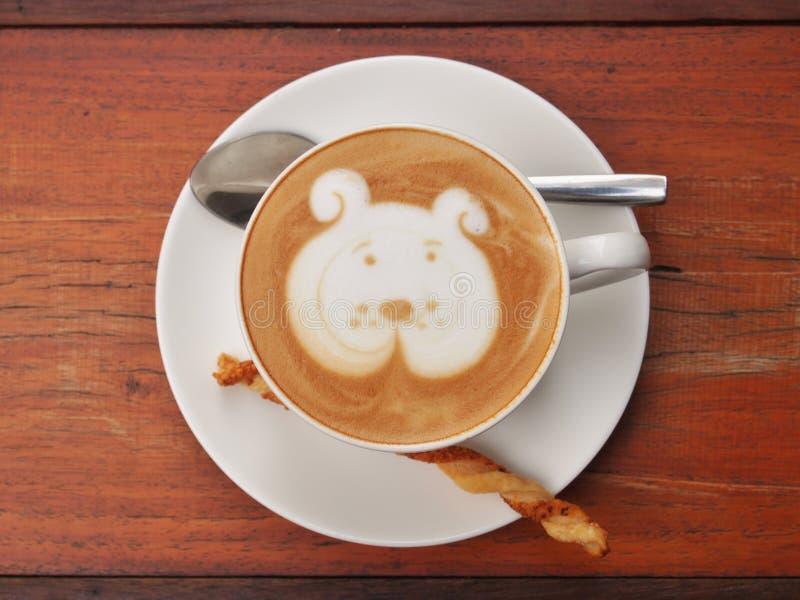 Arte del café del Latte en el escritorio de madera imágenes de archivo libres de regalías