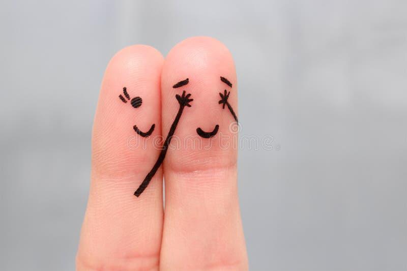 Arte del dito di una coppia felice ragazza chiusa lei occhi al ragazzo immagine stock libera da diritti