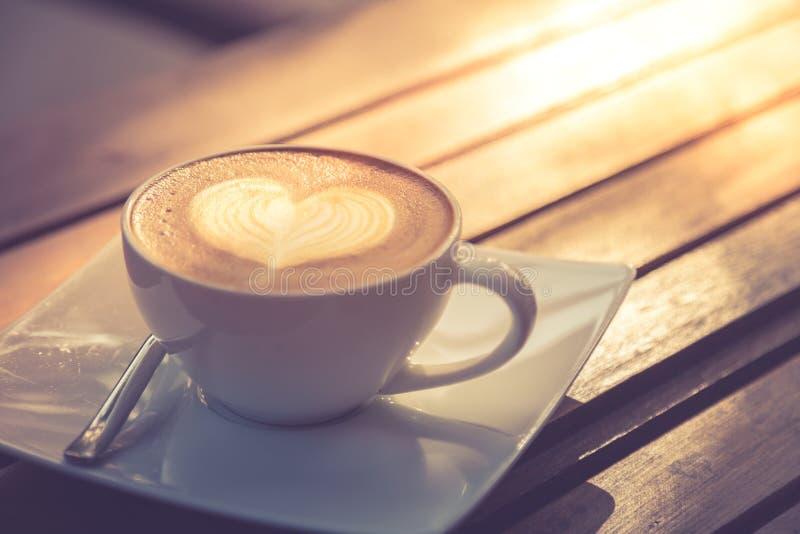 Arte del Latte, café en la tabla de madera para el humor de la mañana Todavía relajación de imagen de la vida fotografía de archivo