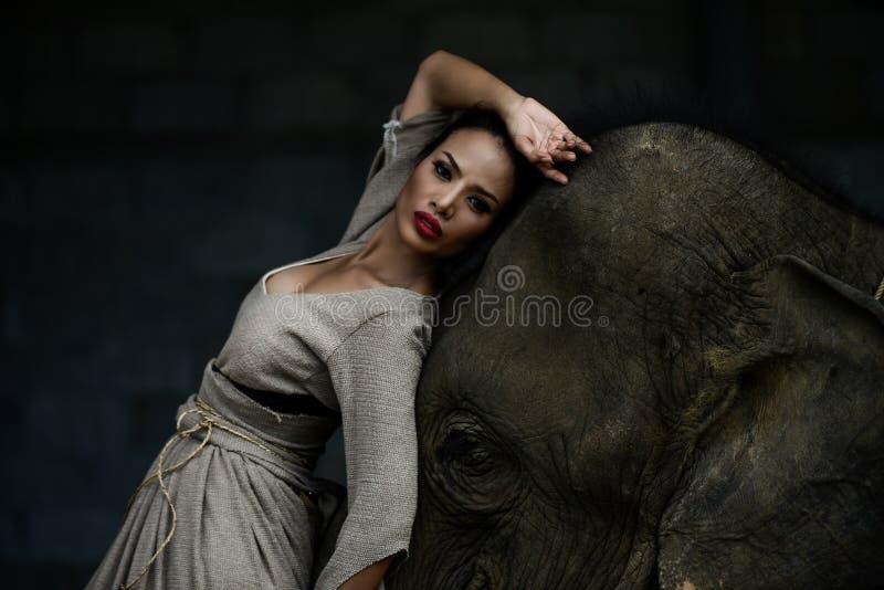 Arte del retrato de mujeres y de elefantes hermosos fotos de archivo libres de regalías