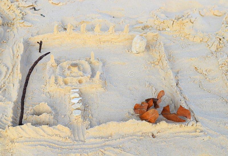 Arte della sabbia & gioco - modello del castello della sabbia con costruzione, il ponte, il canale e la parete centrali con le co fotografia stock